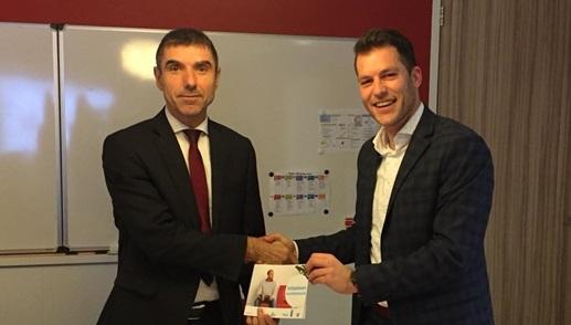 Staatssecretaris Blokhuis (VWS) neemt boekje met verzameling goede praktijkvoorbeelden in ontvangst